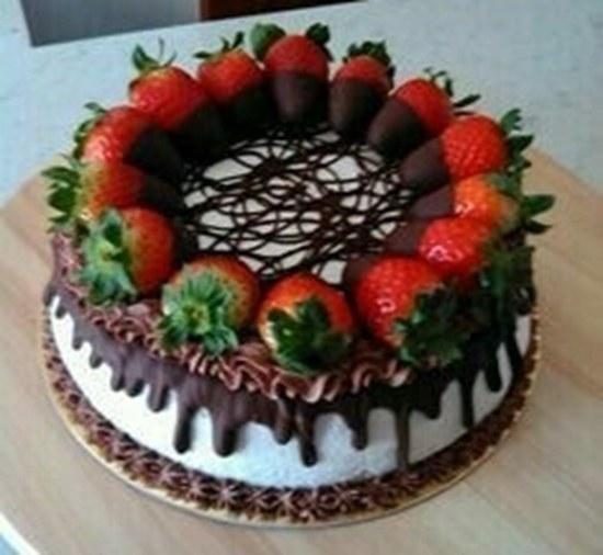 کیک شکلاتی با تزیین توت فرنگی