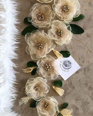 تصویر گل مانتو مجلسی در ابعاد دلخواه شما گلهای کاملا دستساز پارچه ای حریر و ساتن مناسب جهت دیزایین پالتو مانتو لباس بلوز شومیز دامن کیف کفش هدبند گلسر صندل پابند مچ بند کمربند بارداری رو مانتویی گلسینه و …