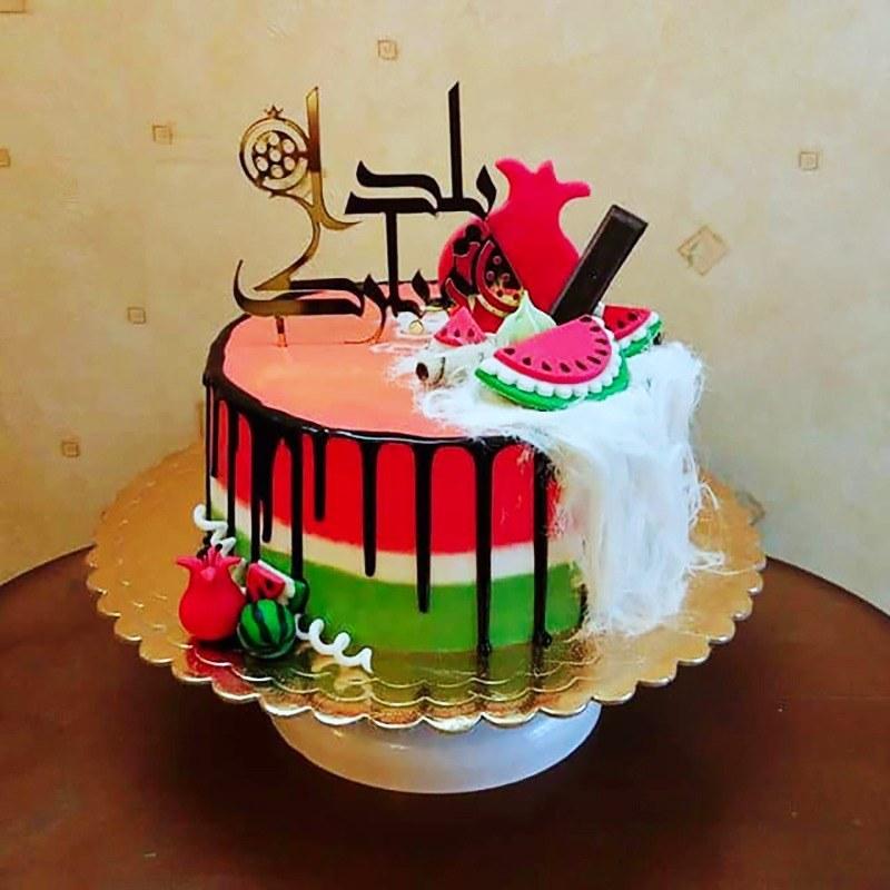 کیک خامه ای تم یلدا با تزئینات فوندانت فیلینگ موز و گردو |