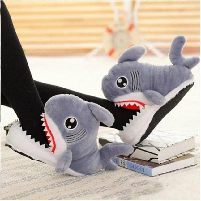 عکس پاپوش فانتزی پشمی کوسه Fancy shark wool slippers پاپوش-فانتزی-پشمی-کوسه
