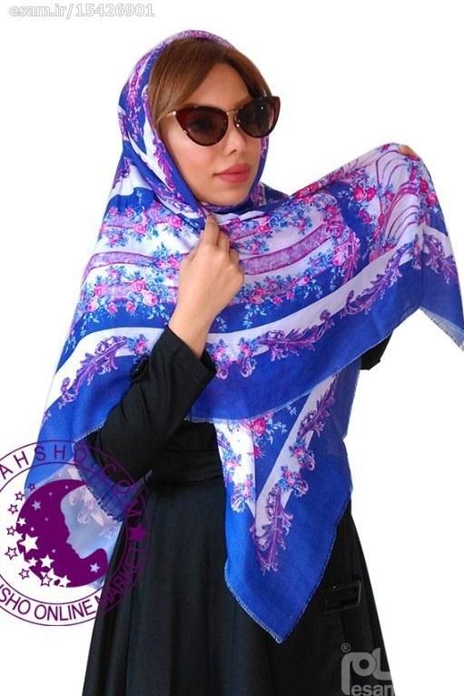 روسری نخی دور ریش با ابعاد 140 در 140 سانتیمتر رنگ نیلی طرح گل با گلهایی به رنگ صورتی روشن | روسری نخی دور ریش قواره 140 – کد 10503