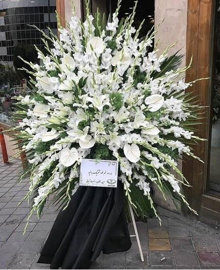 تصویر تاج گل یک طبقه گلایل، آنتریوم و لیلیوم سفید