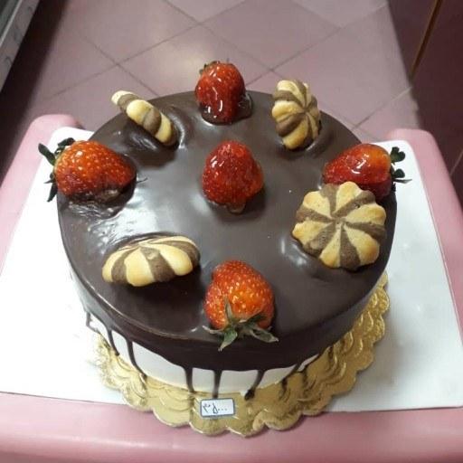 کیک تولد با تزیین گاناش و خامه کشی |