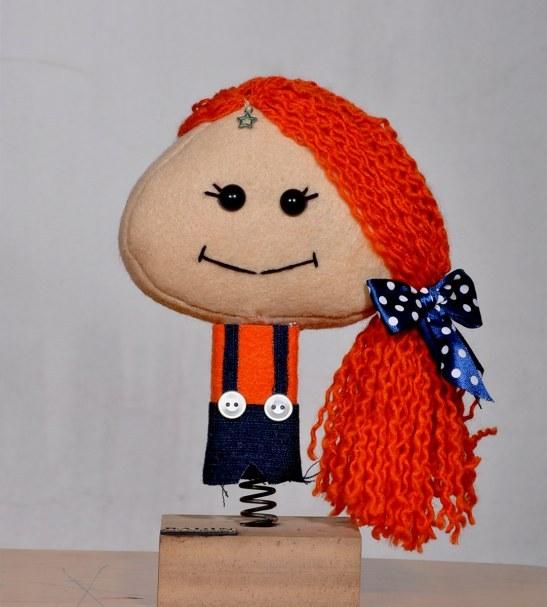 عروسک دختر نارنجی پوش