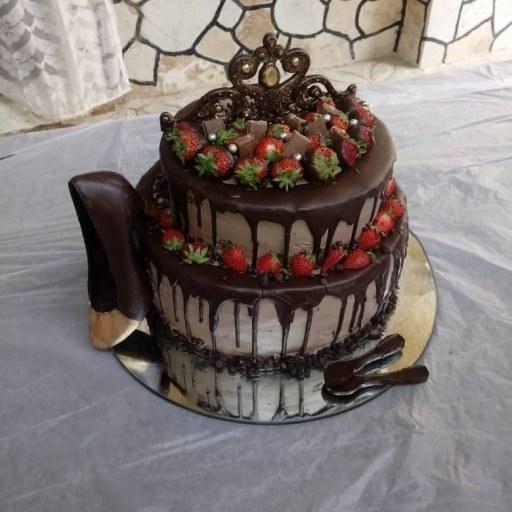 کیک با بیس خامه شکلات. گردو .موز. کرمفیل |