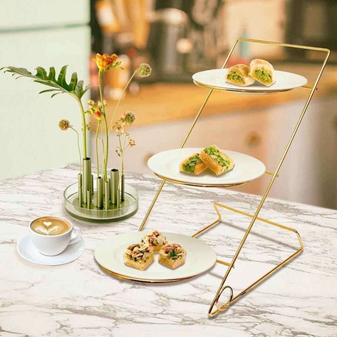 تصویر شیرینی خوری سه طبقه همراه با بشقاب سرامیکی