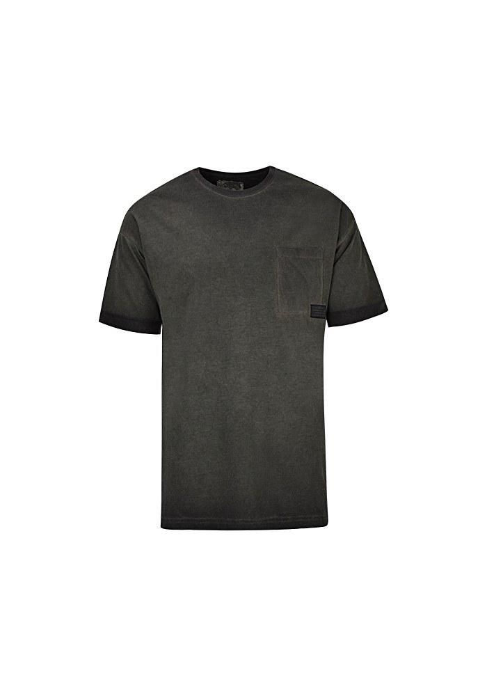 تصویر تی شرت مردانه با جیب و مارک روی جیب