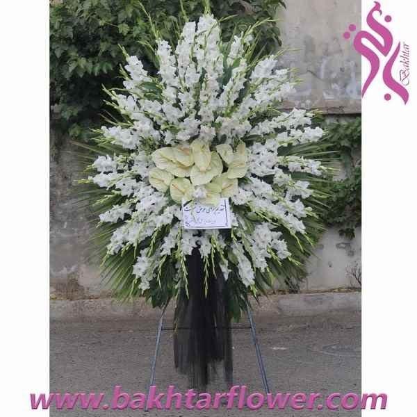 تصویر سبد پایه دار-تاج گل با آنتریوم و گلایل سفید