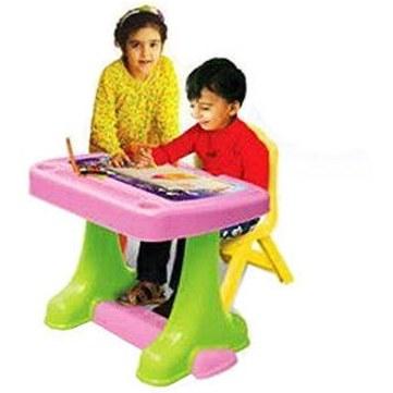 تصویر میز تحریر سبز و صندلی قرمز رنگ کودک مانی