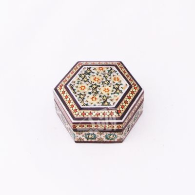 تصویر جعبه سکه شش ضلعی خاتم سایز 6cm رنگ قهوه ای طرح داخل راش