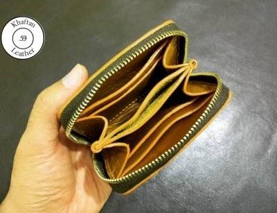 تصویر کیف پول دور زیپ چرم طبیعی کیف پول دور زیپ چرم طبیعی ساخته شده از چرم گاو جنس زیپ فلز دارای چهار جای کارت جای سکه و دو محفظه اسکناس و اینکه اسکناس به شکل تا شده درون کیف قرار می گیرد. بسیار کوچک و جمع و جور