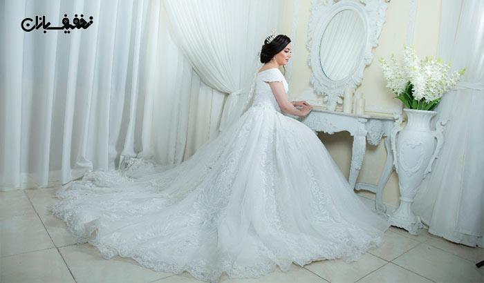 خرید لباس عروس یقه قایقی دنباله دار مگلونیا با ارزان ترین قیمت در مزون خانه سفید (White House) با ۵۰% تخفیف و |