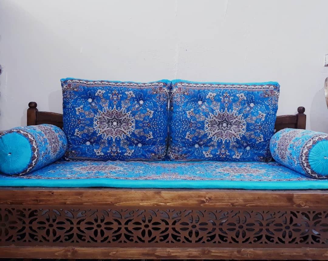 تصویر تشک نمدی و بالش فیروزه ای تخت سنتی