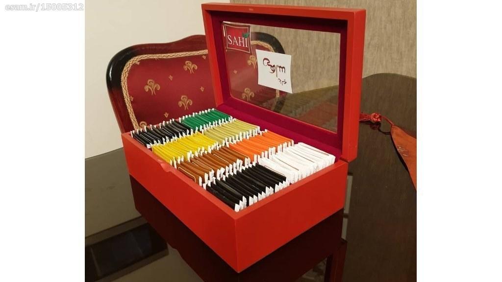 جعبه چوبی چای تی بگ دارای 100 عدد چای کیسه ای در 8 طعم مختلف و در سه رنگ جعبه بسته بندی نفیس . | جعبه چای تی بگی 100 عددی ساهی