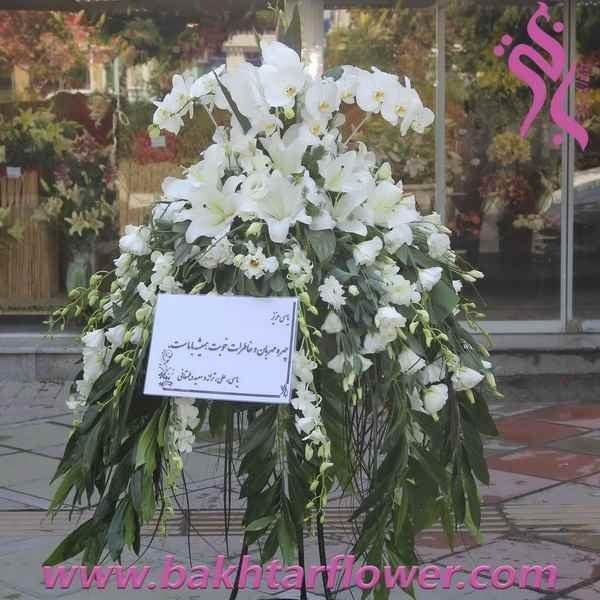 تصویر پایه گل ترحیم با ارکیده و لیلیوم اورینتال سفید