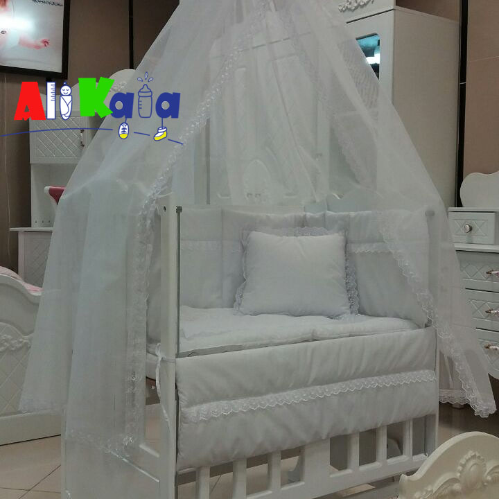 تخت و گهواره چوبی کنار تخت مادر