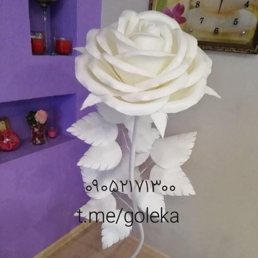 گل فومی غول پیکر کنار سالنی |