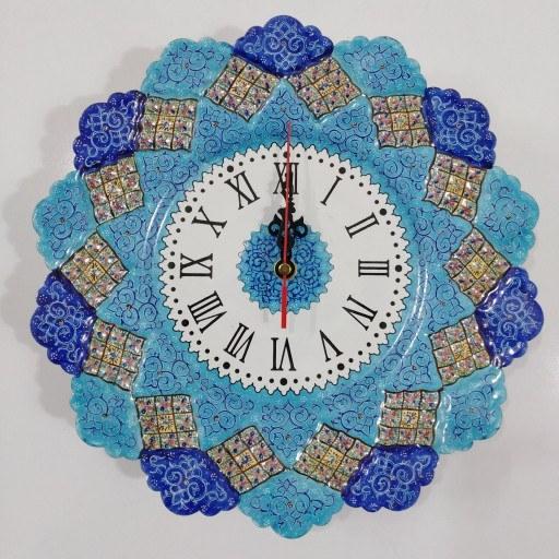 ساعت دیواری بشقاب مینا کاری شد هنر دست استاد کاران اصفهان میباشد این ساعت زیبا تلفیق دو هنر زیبای مینا کاری و خوشنویسی میباشد صفحه ساعت از جنس مس میباشد که با هنر مینا کاری زینت داده شده است اندازه ساعت به قطر کامل 30 سانتی متر میباشد. | ساعت دیواری میناکاری قطر 30 سانتی متر (کپی)