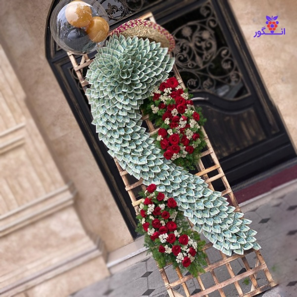 تصویر تاج گل تبریک همراه با پول آرایی