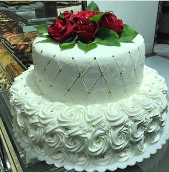 تصویر کیک عقد دو طبقه سفید با گل رزطبیعی