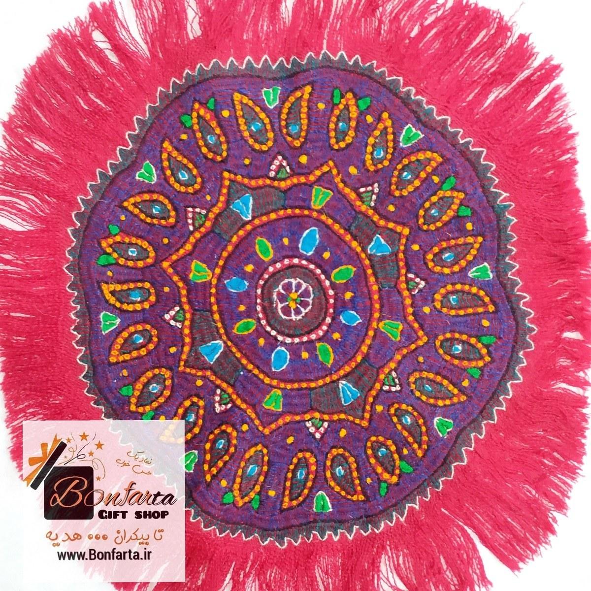 تصویر رومیزی گرد پته کرمان طرح ترنج قرمز بزرگ