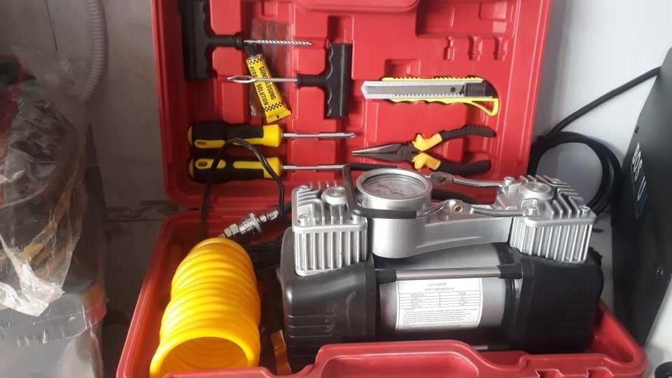 تصویر کمپرسور فندکی خودرو دو سیلندر همراه لوازم