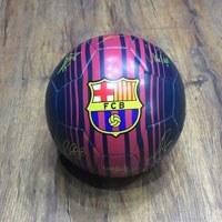 توپ فوتبال بارسلونا با امضا به رنگ کیت دوم